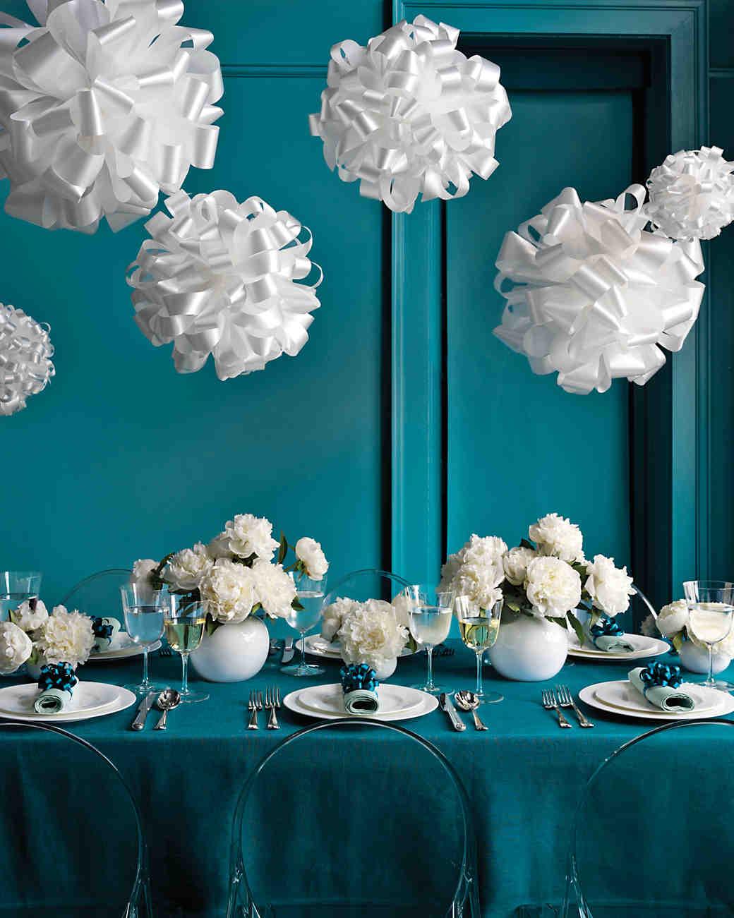 Декоративные шары из белых атласных лент