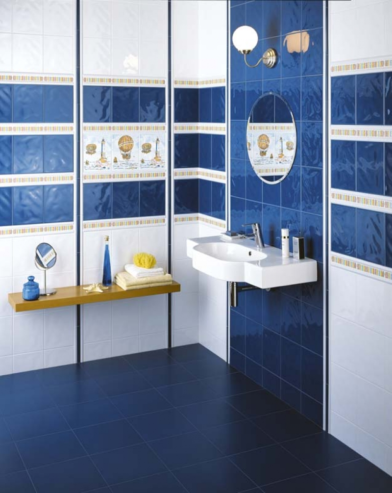 Бело-синяя плитка в ванной
