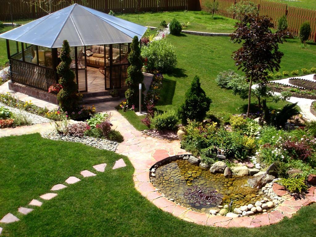 Дизайн двора дома с беседкой