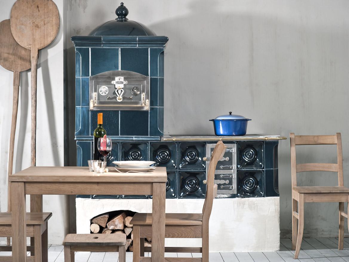 Изразцовая печь темно-бирюзового цвета
