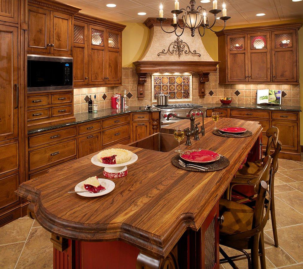 Бордовый цвет на кухне в тосканском стиле