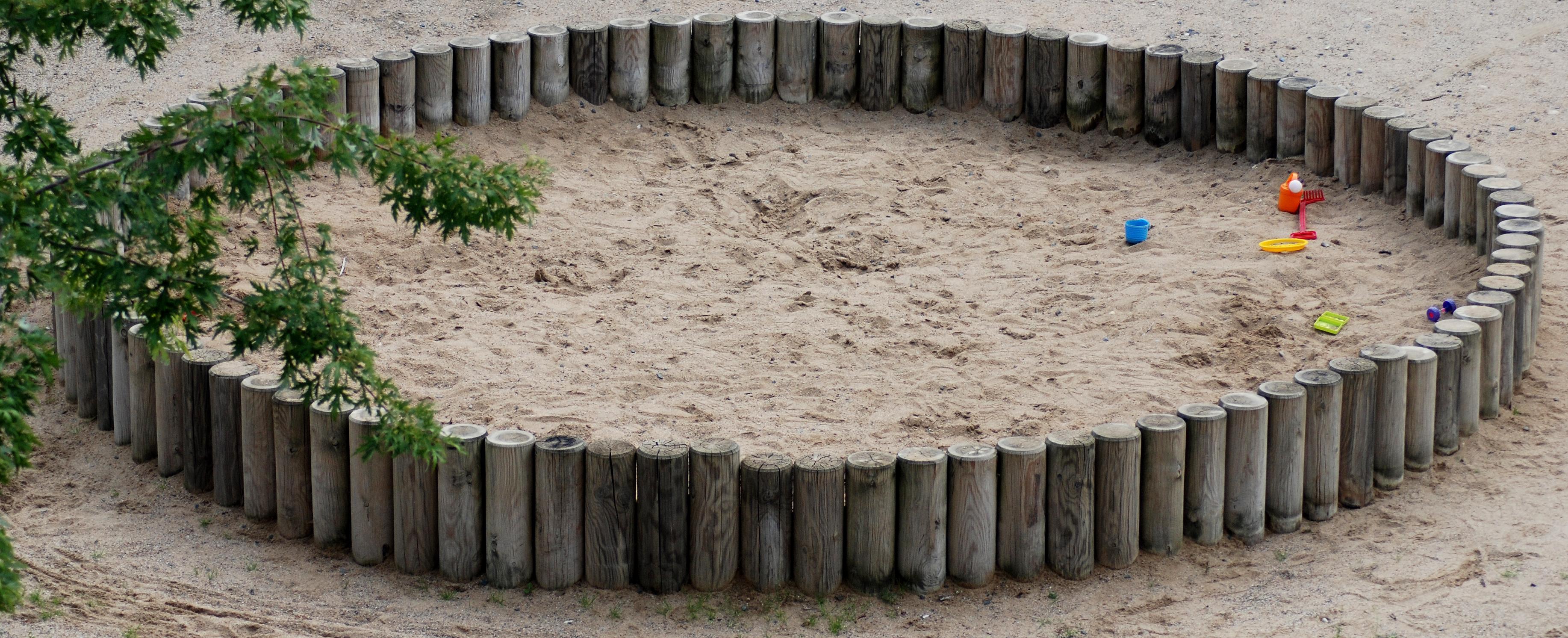 Детская песочница из бревен