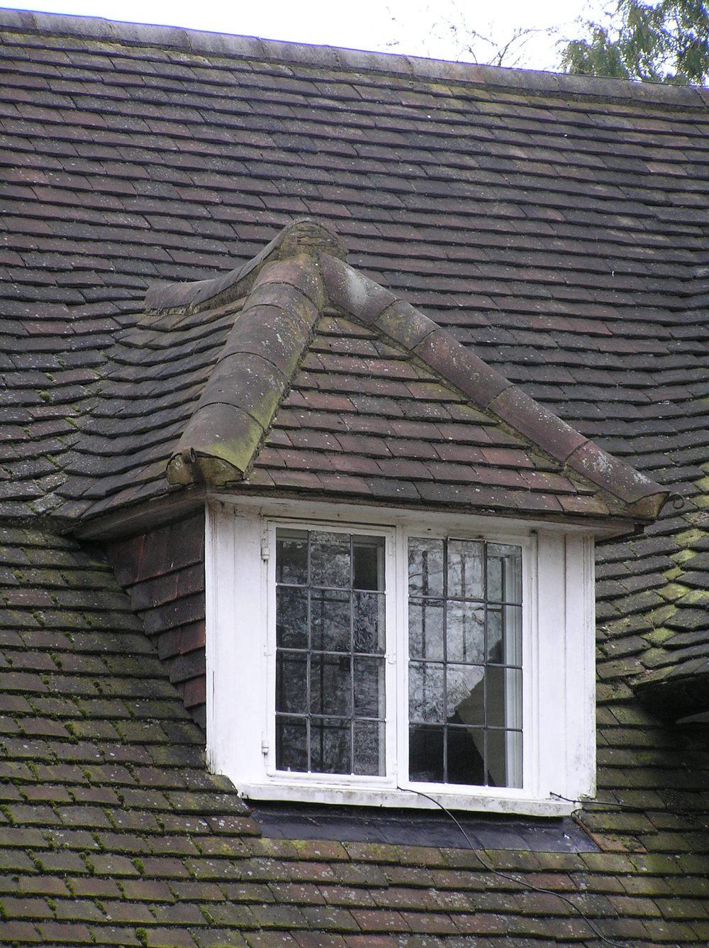 Слуховое окно на черепичной крыше