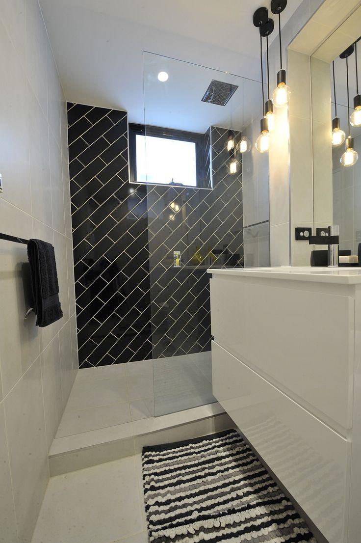 Укладка черной плитки по диагонали на стене ванной