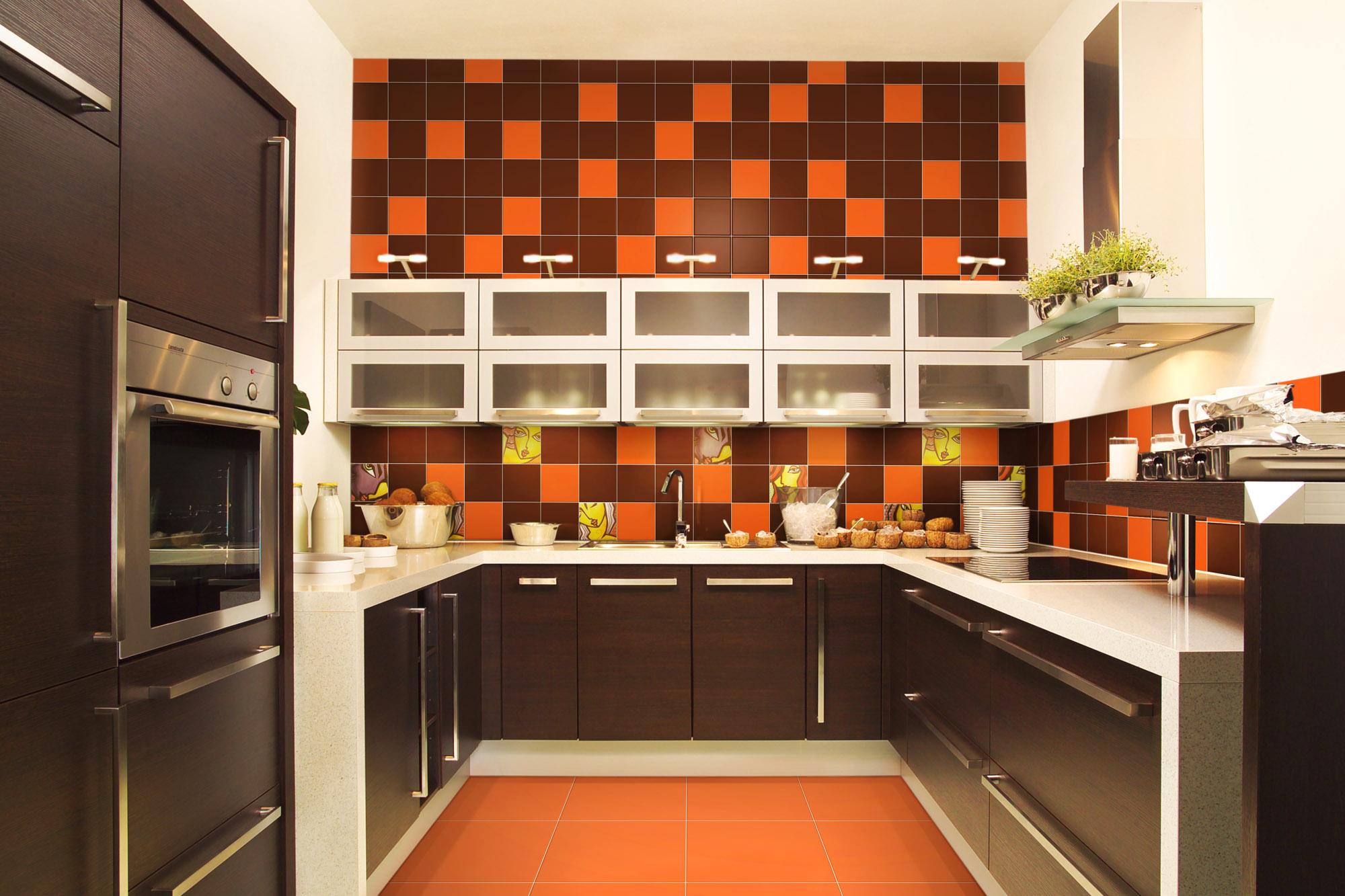Черно-оранжевая плитка на кухне