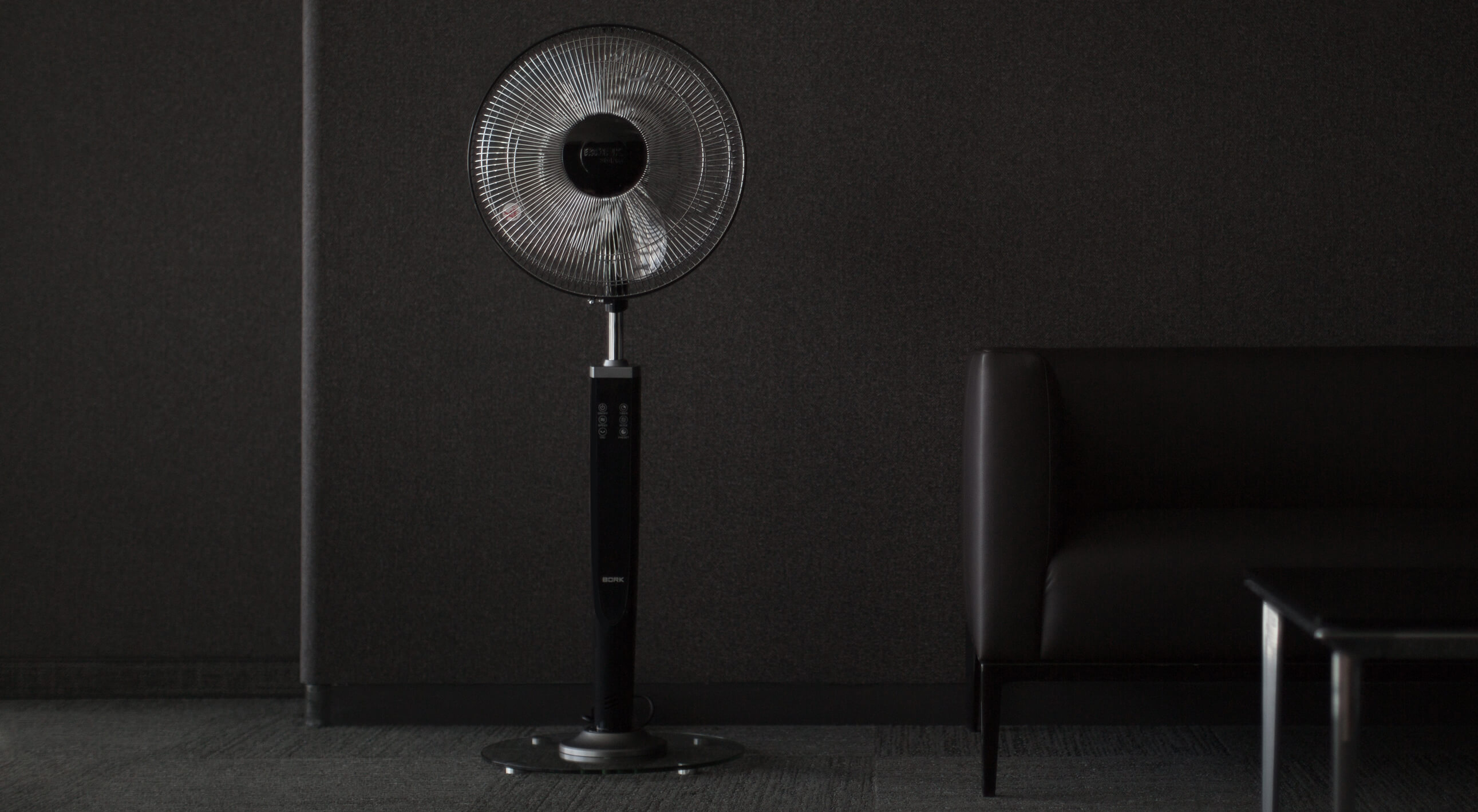 Напольный черный вентилятор