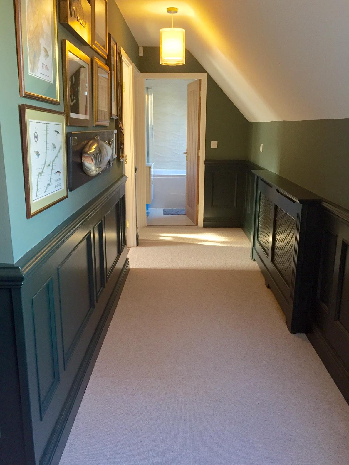 Черные стеновые панели в коридоре
