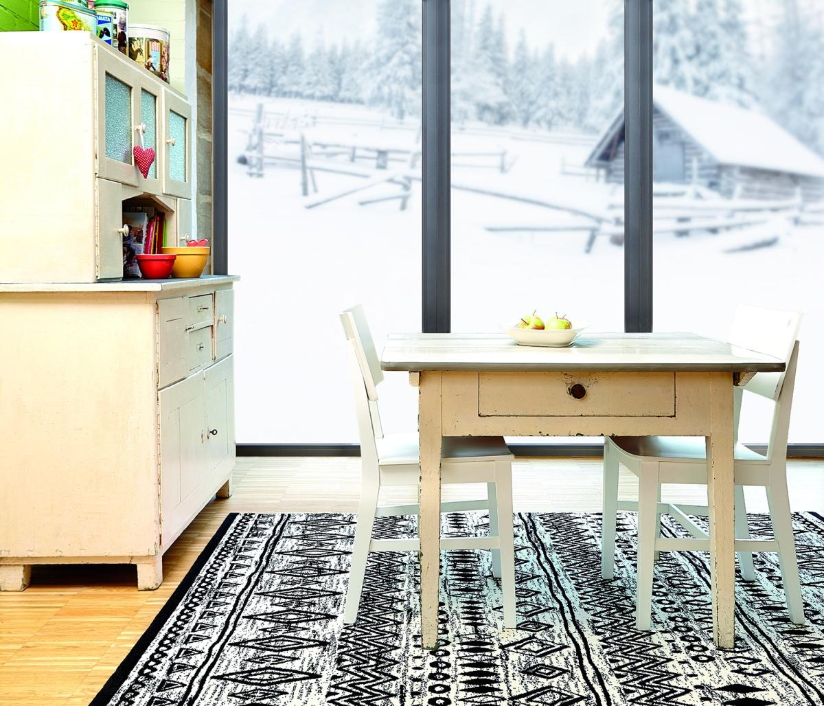 Черно-белый килим в интерьере
