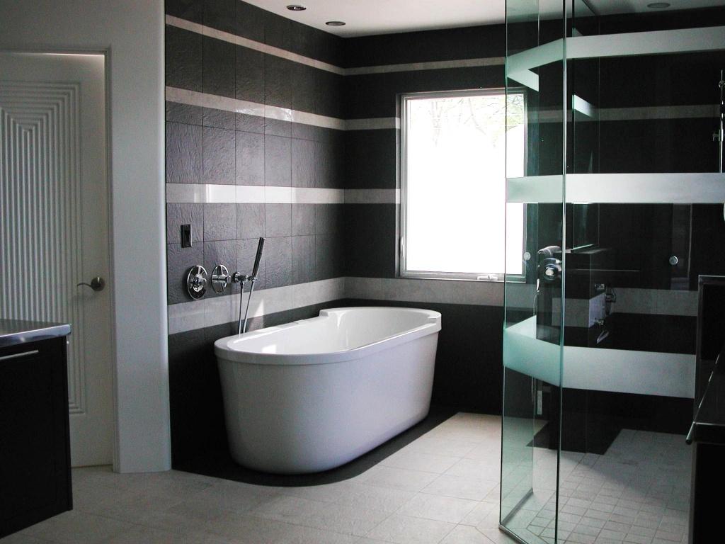 Черно-белая плитка из керамогранита в интерьере ванной