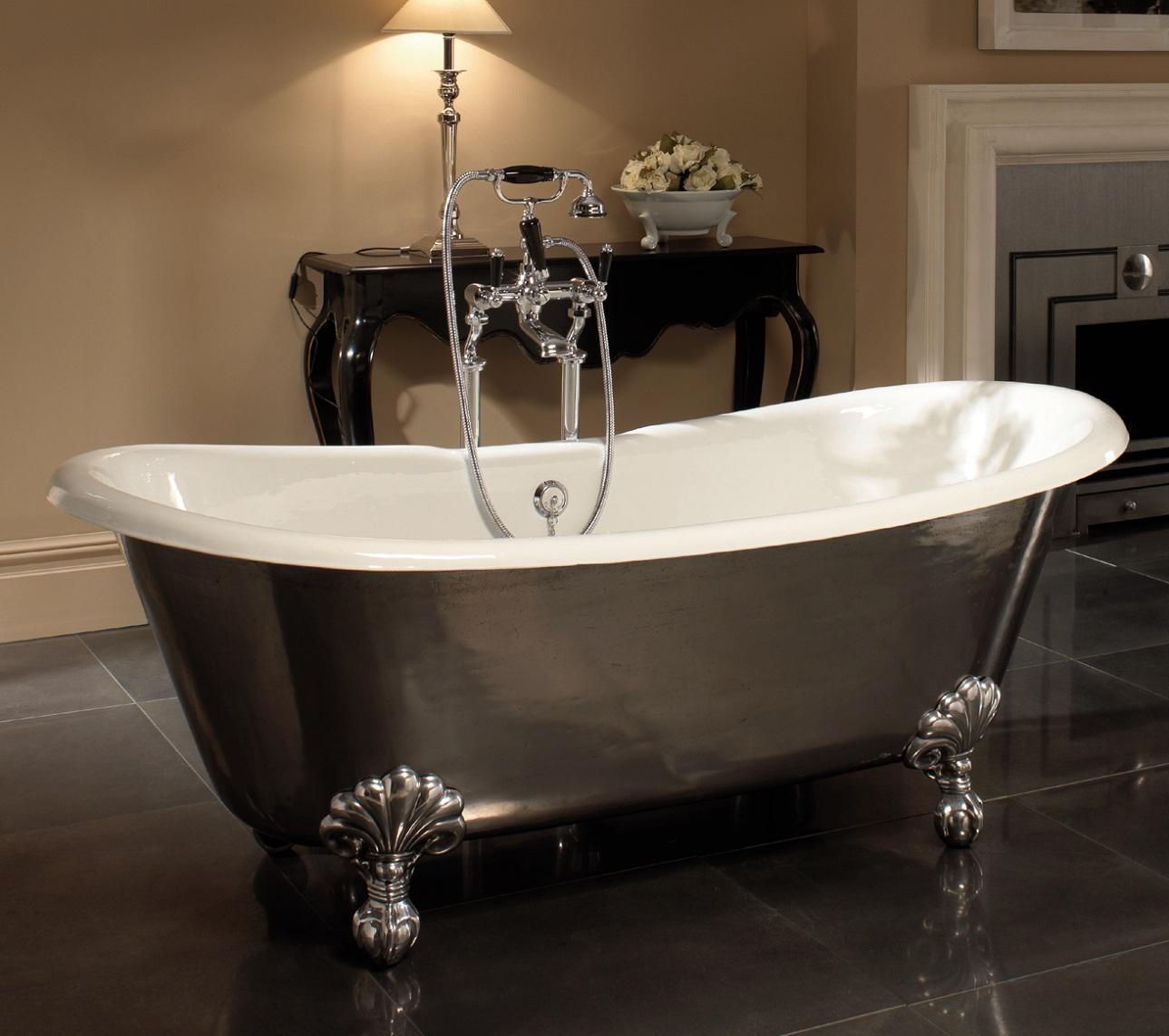 Стальная ванна в классическом интерьере