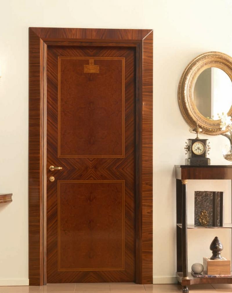 Палисандровая дверь в классическом интерьере