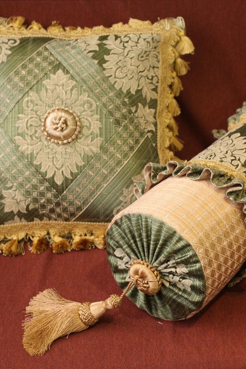 Подушка-валик в классическом стиле
