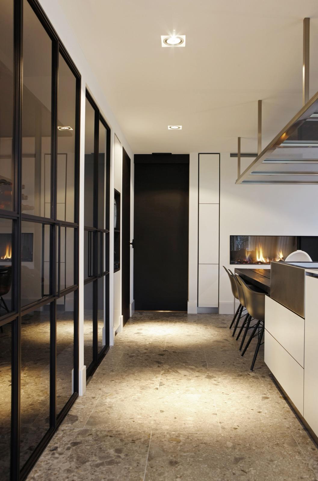 Перегородка между кухней и гостиной черно-белая