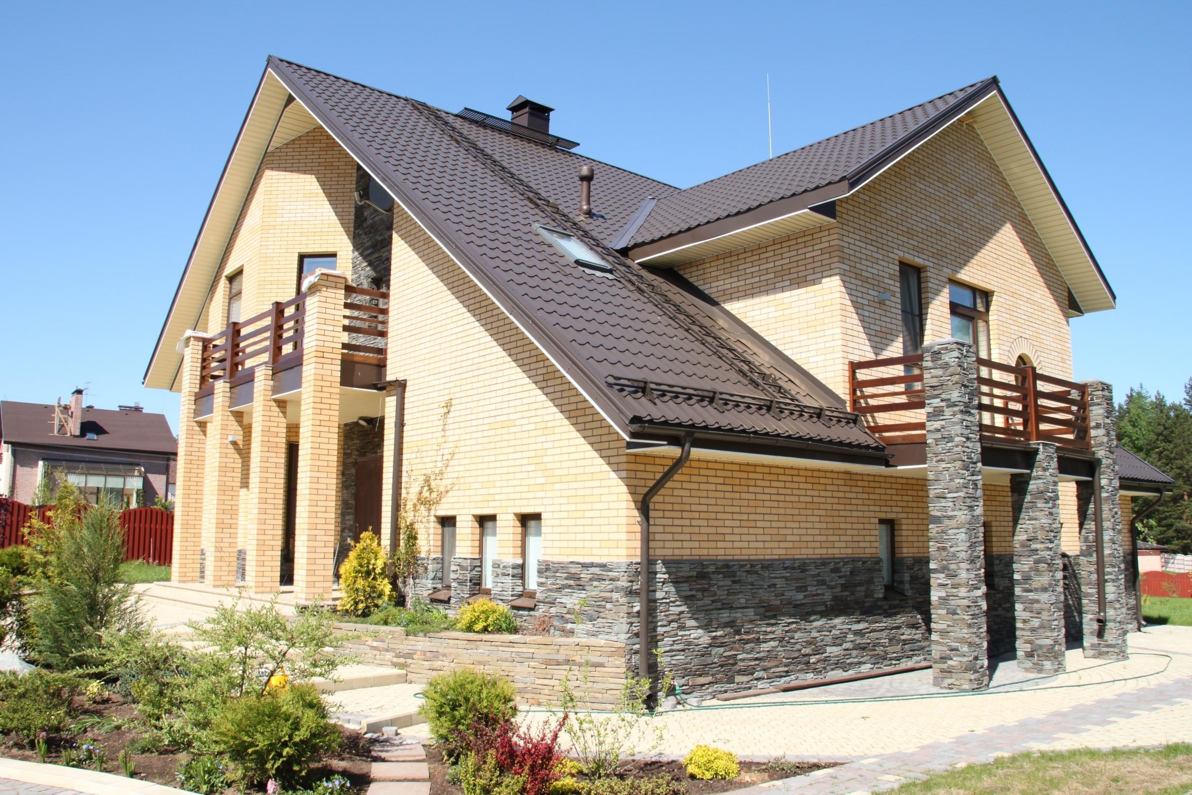 Цоколь дома из фасадных каменных панелей