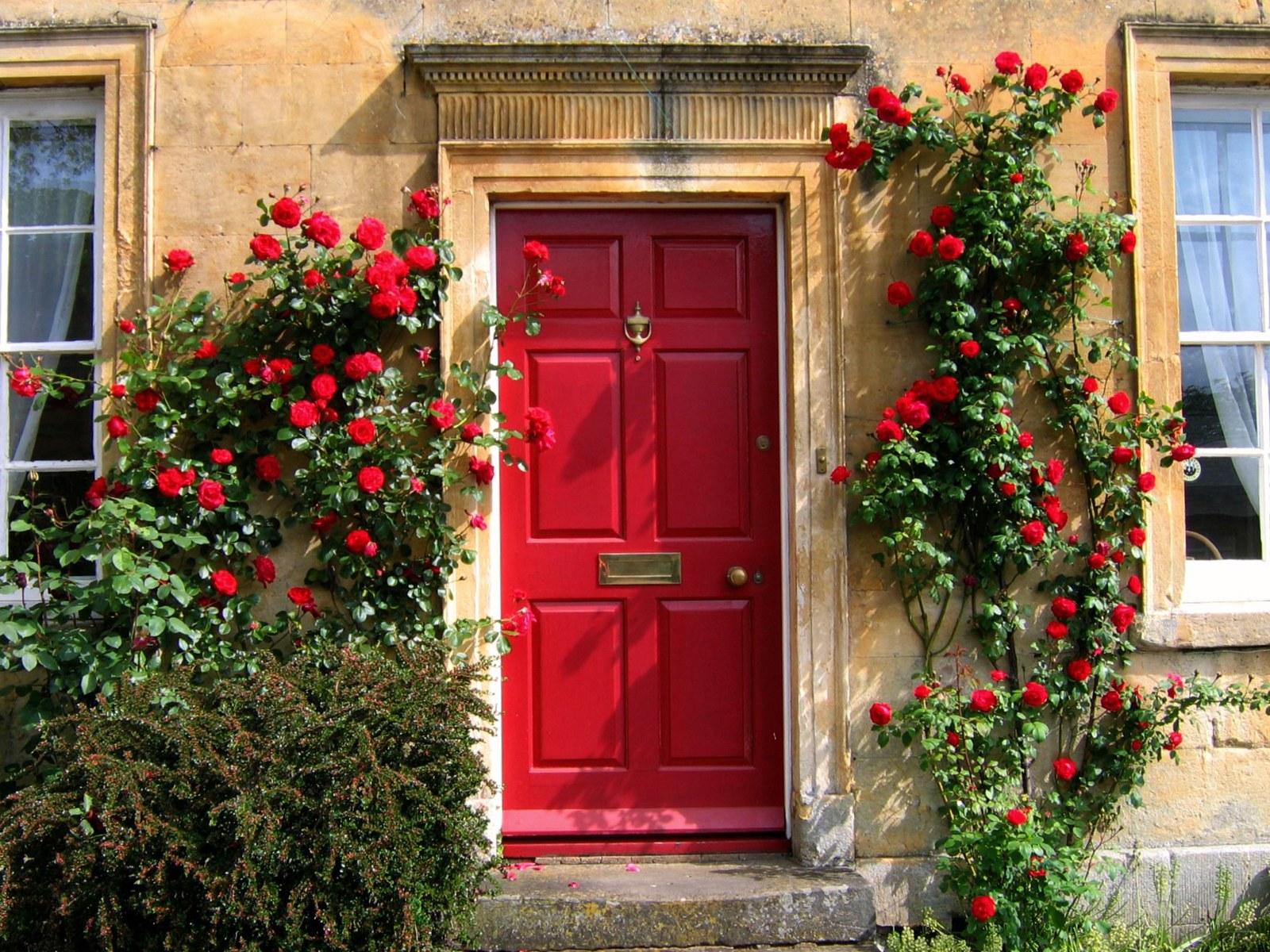 Декор входной двери цветами