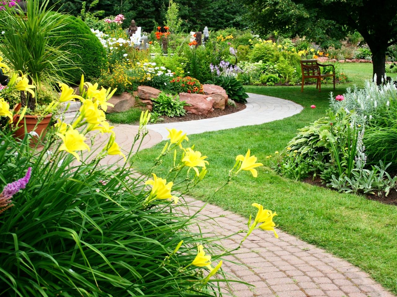 Цветы в дизайне двора дома