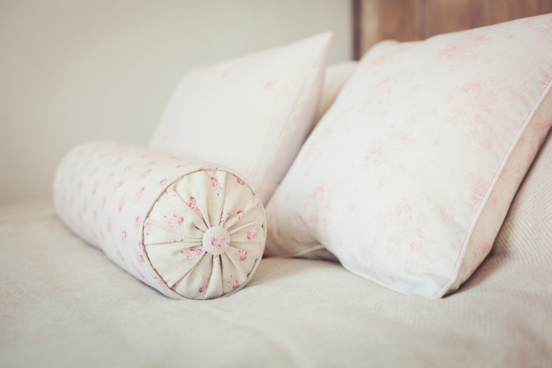 Подушка валик с цветами