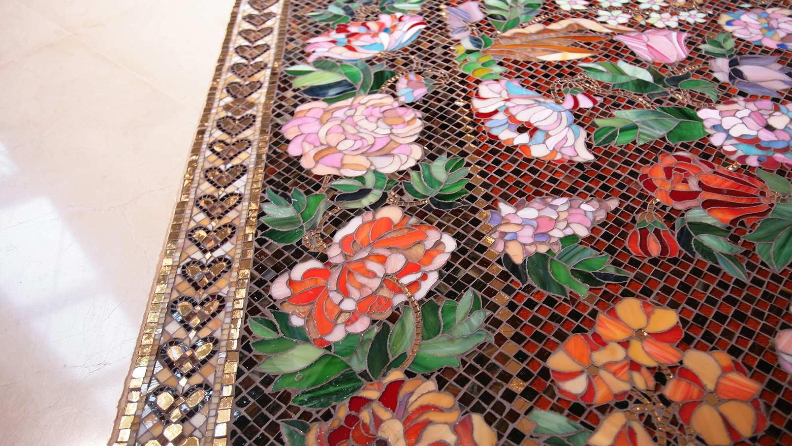 Цветы из мозаики на полу