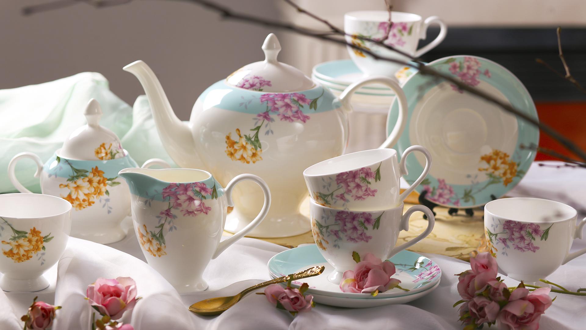 Фарфоровая посуда с цветочным узором