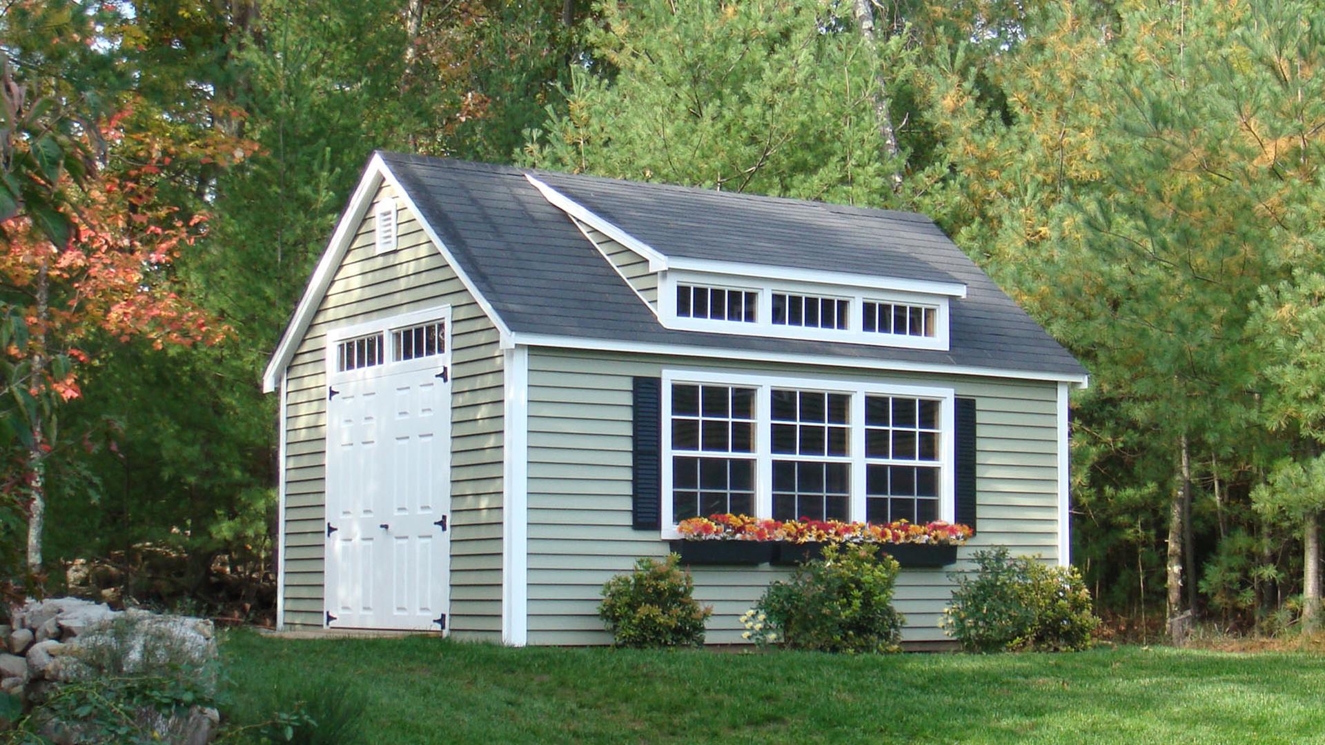 Слуховое окно на крыше дачного домика