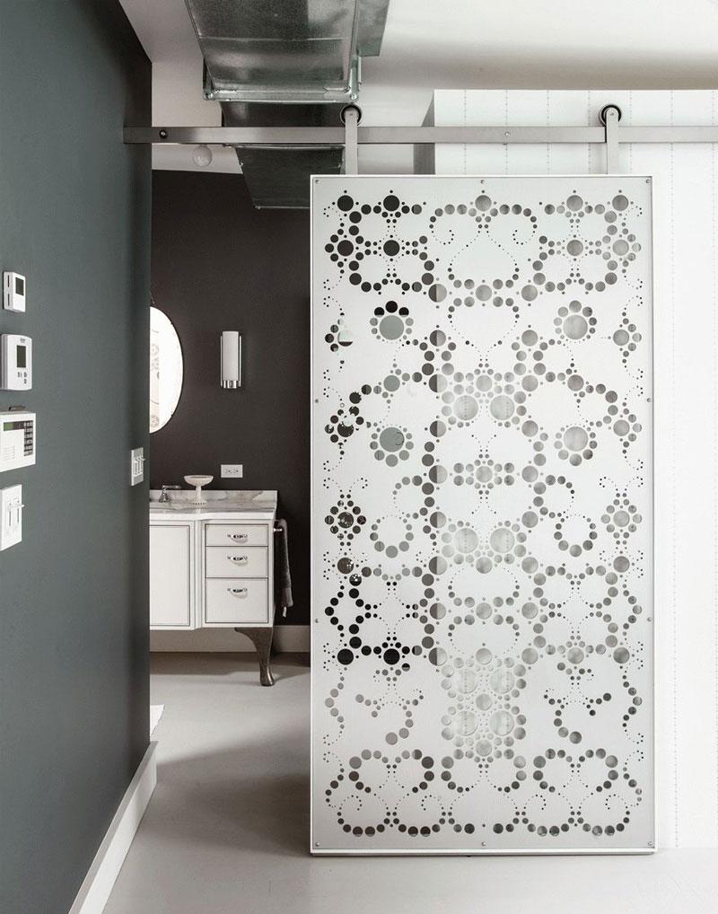 Белая дверь с декором
