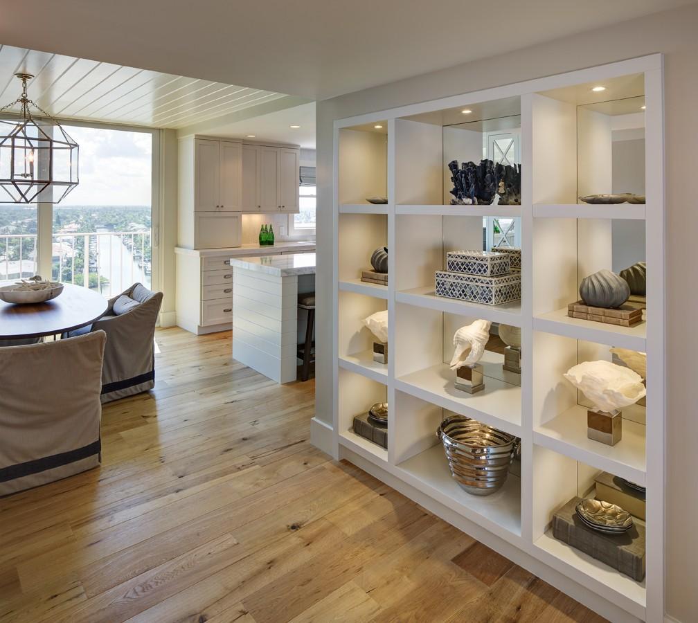 Перегородка между кухней и гостиной с декором
