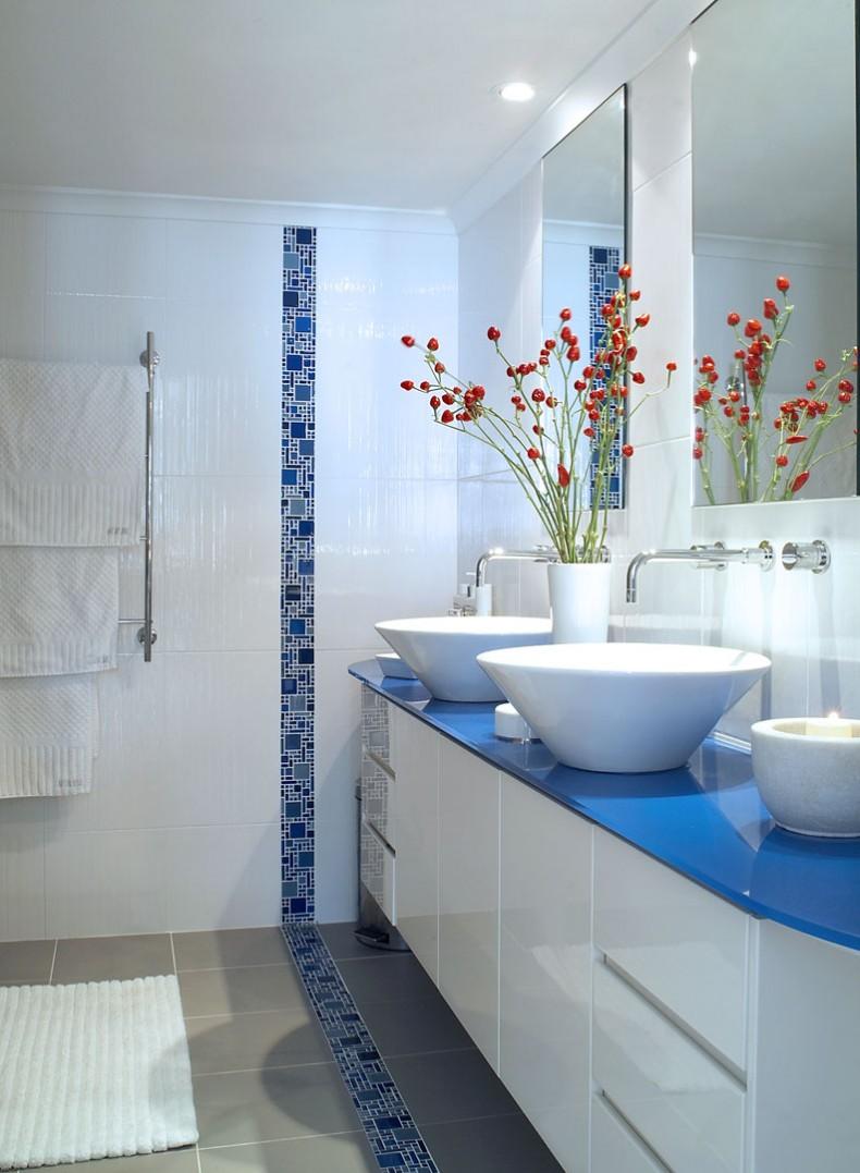 Декоративная вставка из синей плитки в ванной