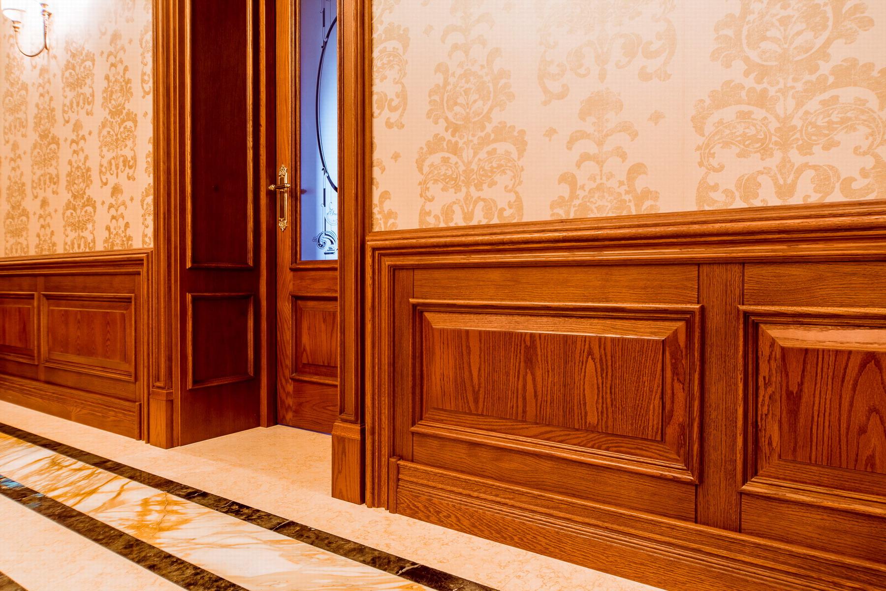Стеновые деревянные панели в коридоре