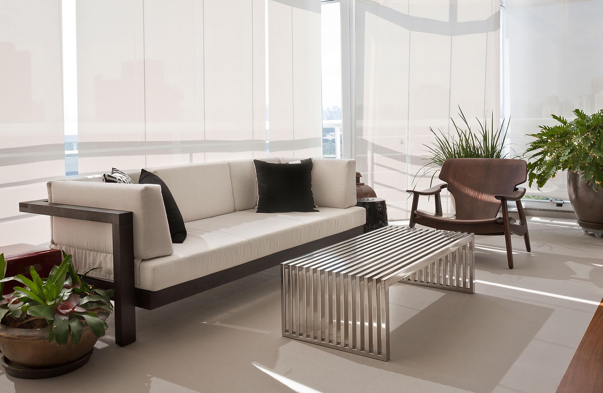 Белый диван на каркасе из дерева