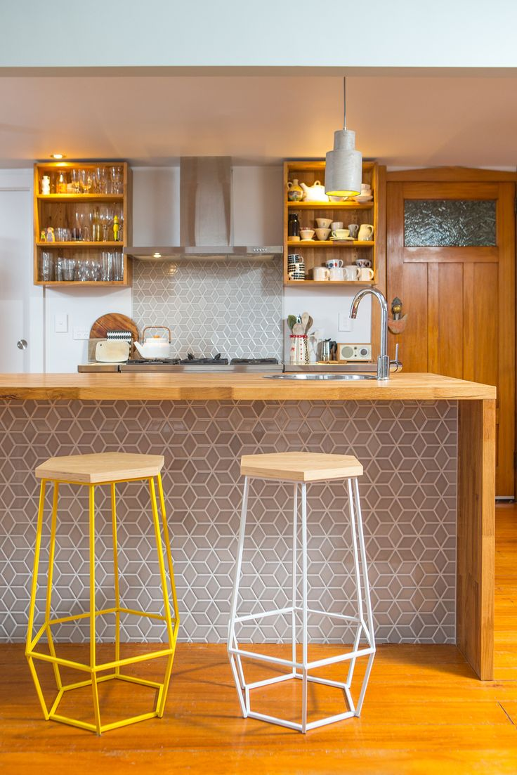 Кухонный гарнитур с деревянной барной стойкой