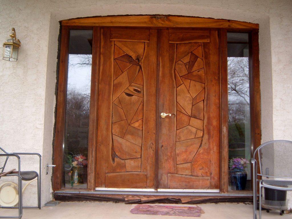 Деревянная дверь в стиле модерн