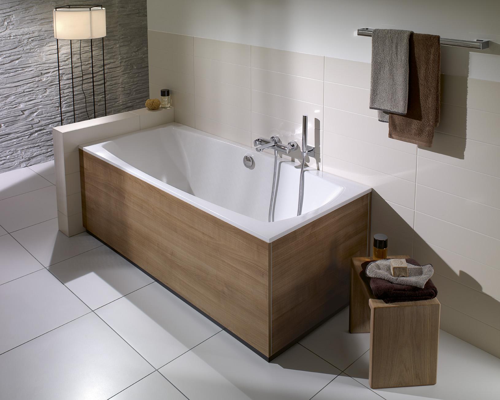 Чугунная ванна с панелями под дерево