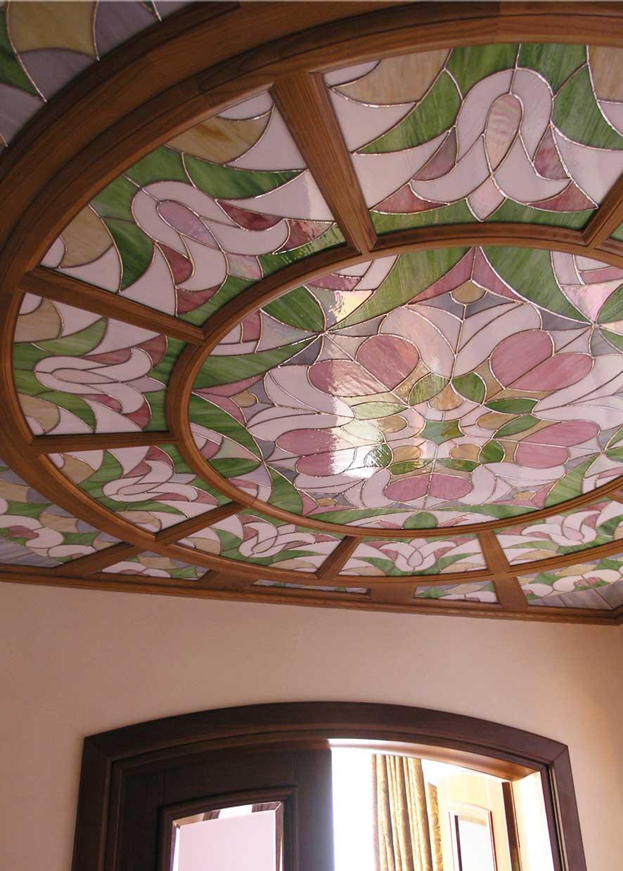 Витражный потолок на деревянном каркасе