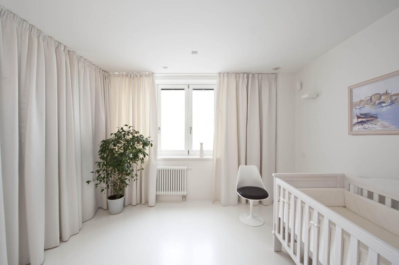 Белые шторы в детской