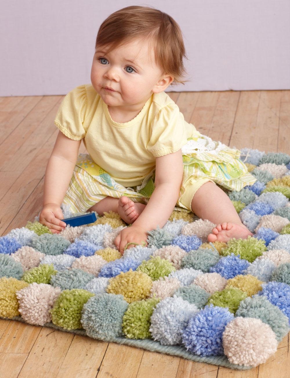 Детский коврик из помпонов