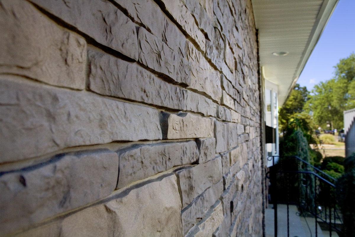 Дикий камень на фасаде дома