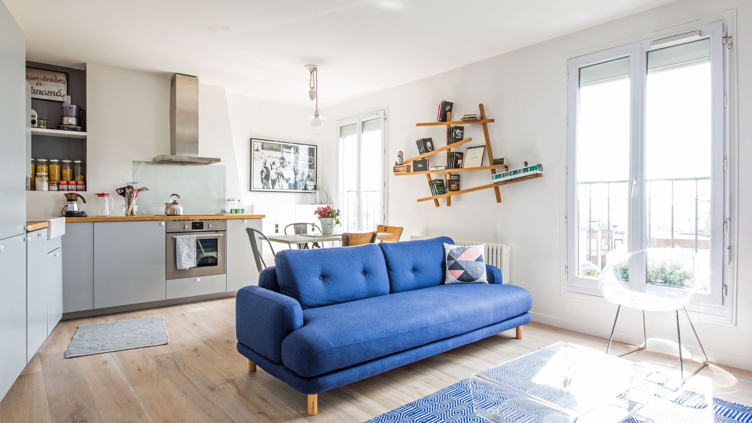 Перегородка с диваном между кухней и гостиной
