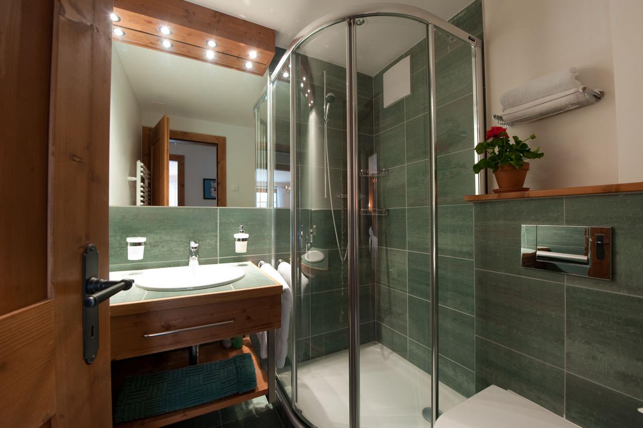 Душевая плита с трапом в дизайне ванной