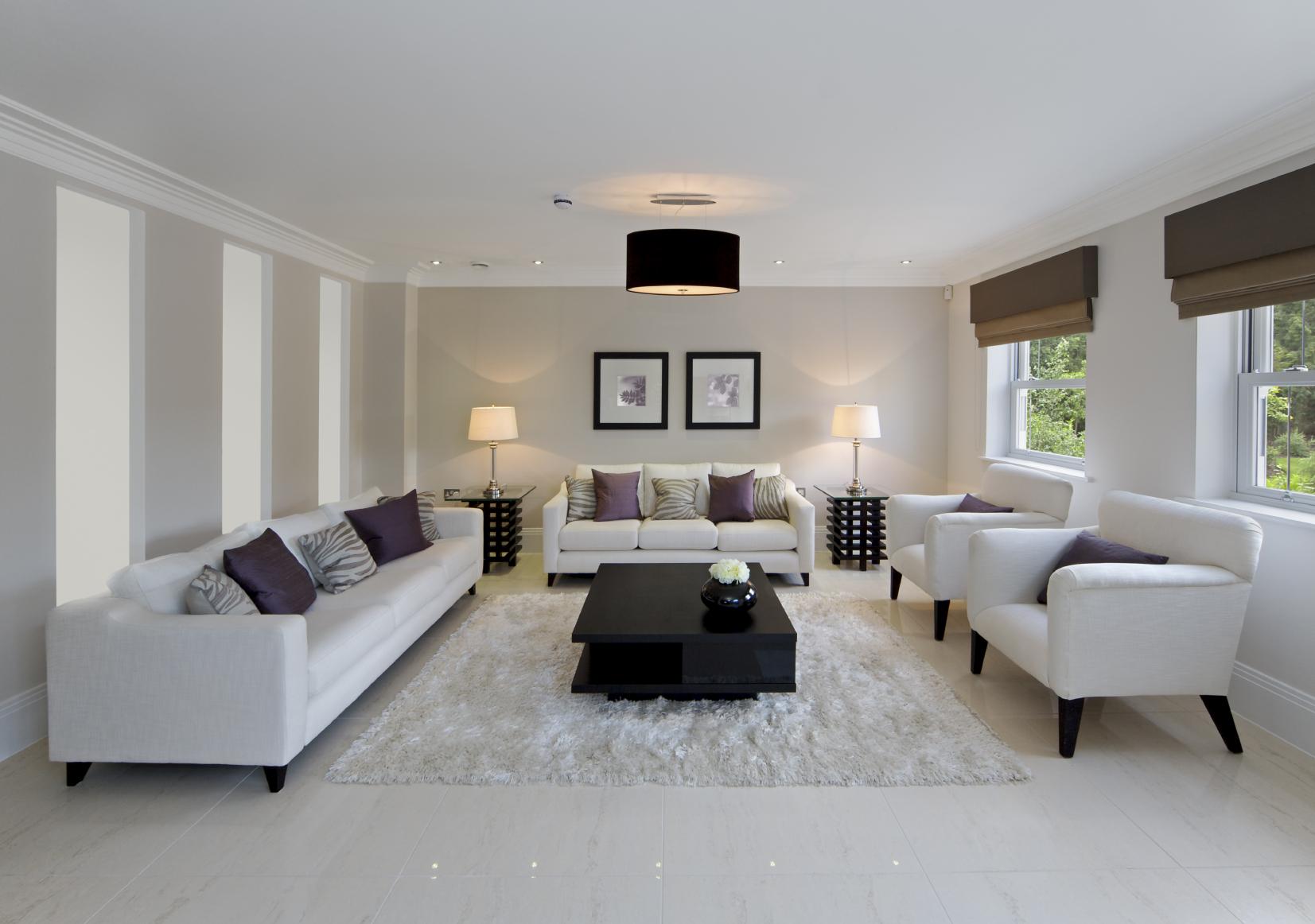 Белый диван в интерьере дома