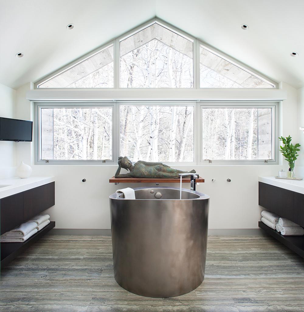 Стальная ванна в интерьере дома