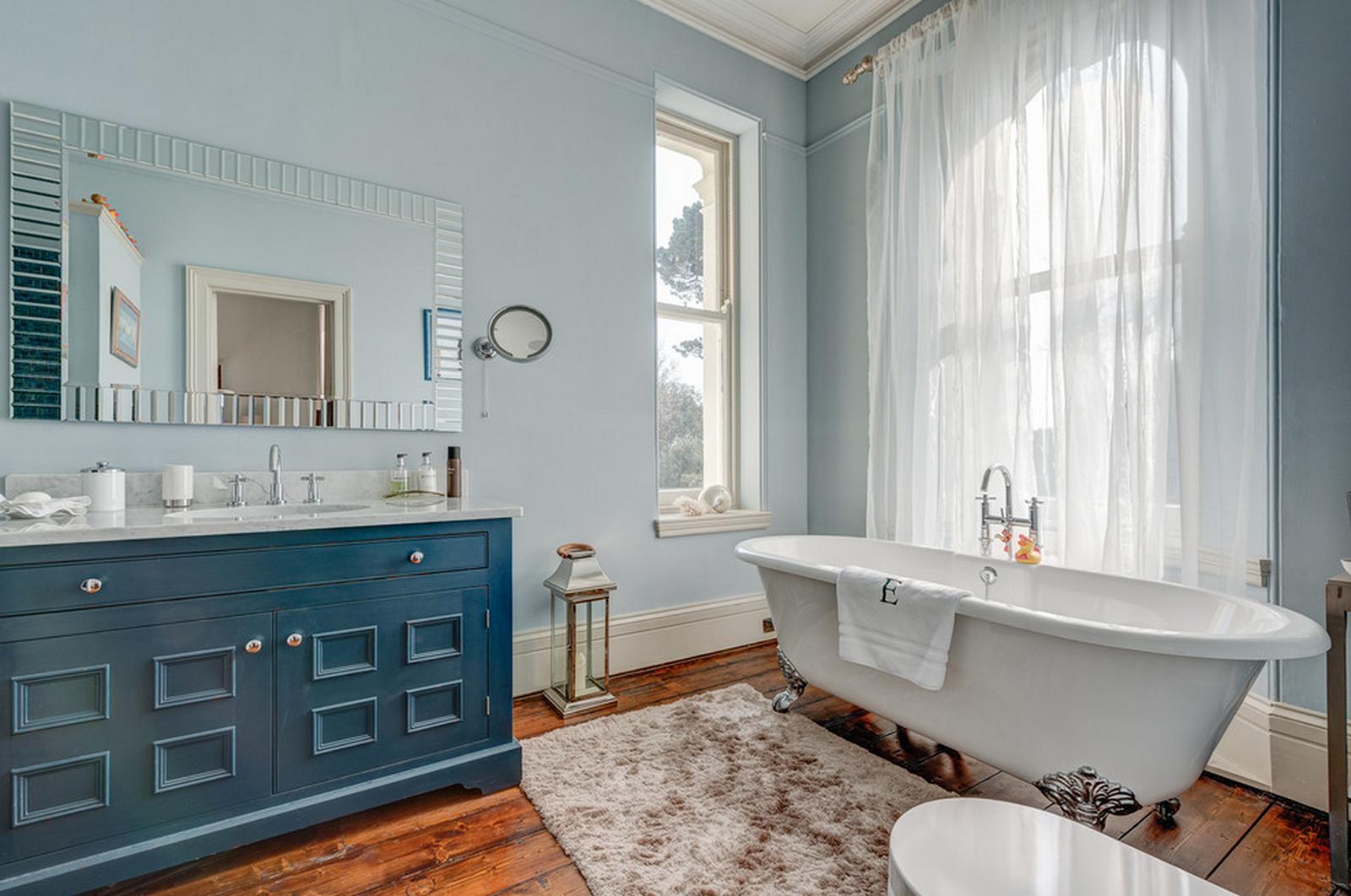 Чугунная ванна в интерьере загородного дома