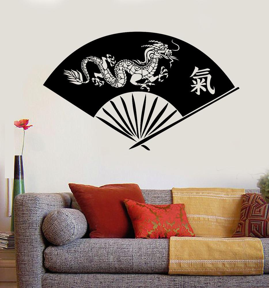 Рисунок веера с драконом на стене