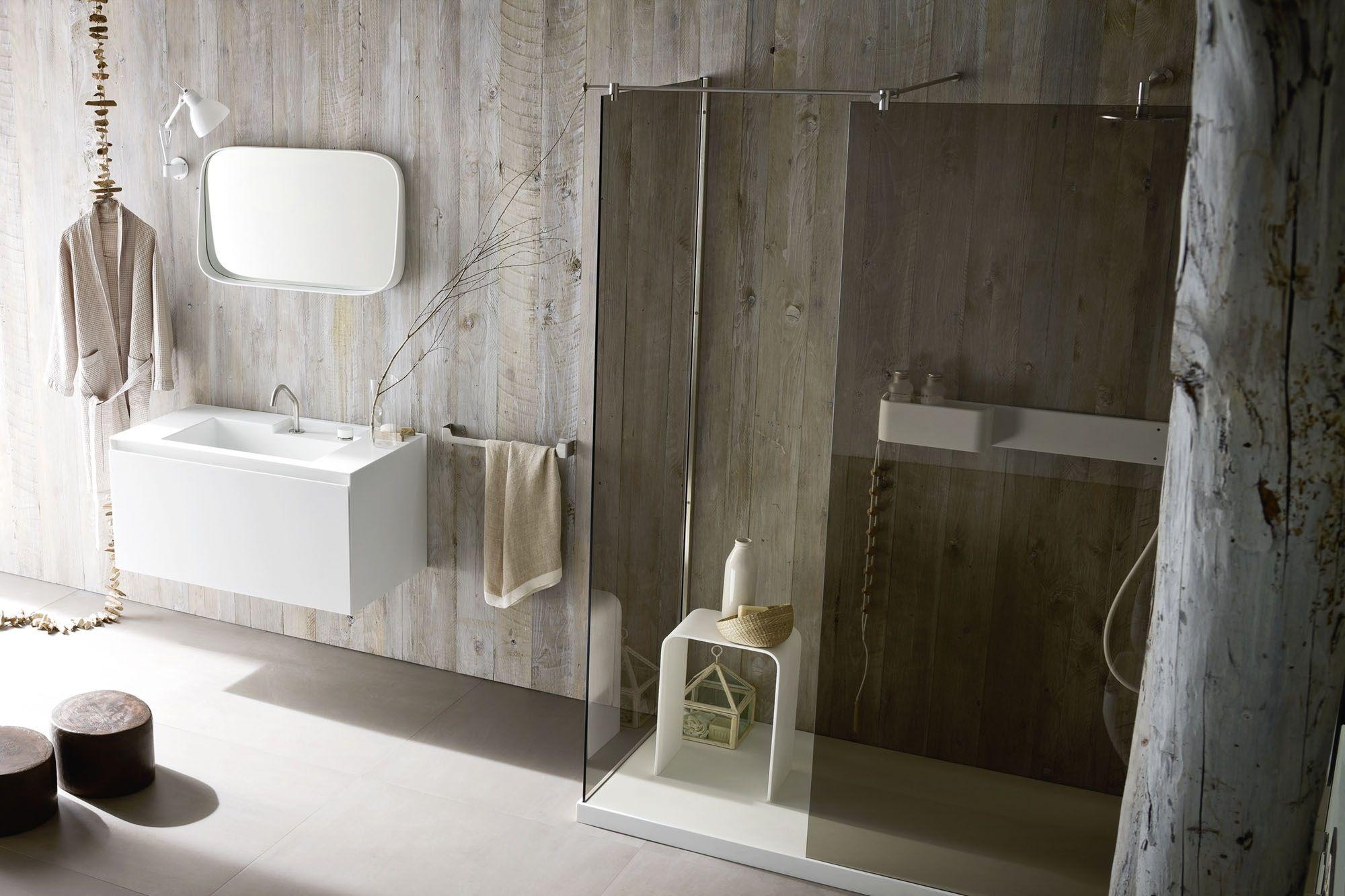 Душевая плита с трапом в ванной в стиле эко