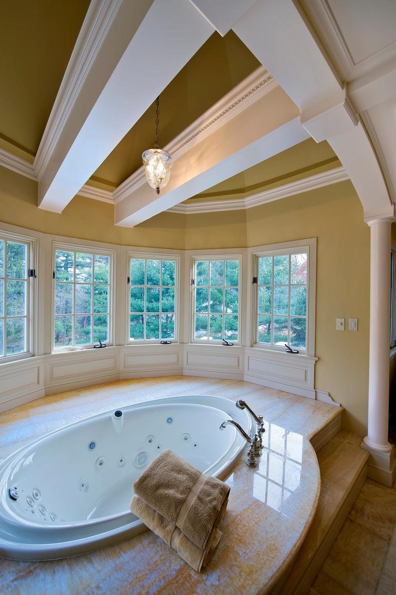 Круглая ванна в комнате с эркером