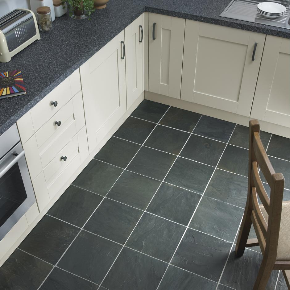 Фактурная керамогранитная плитка на кухне