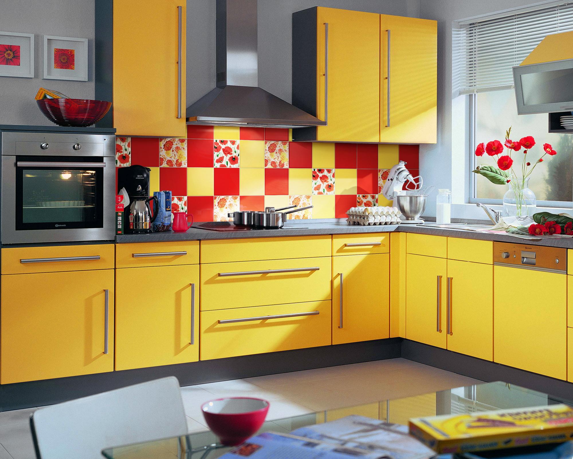 Желтая плитка на фартуке кухни