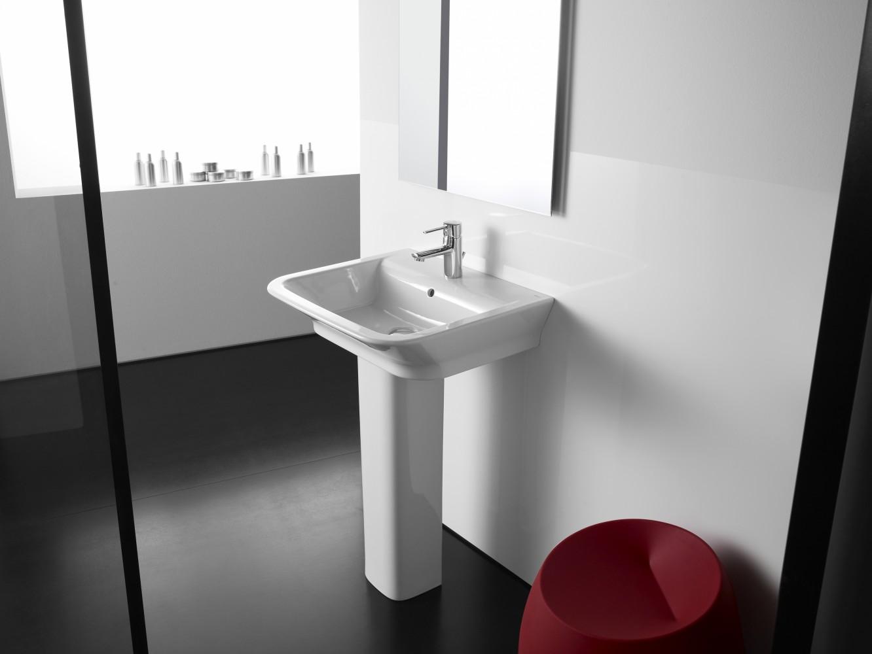 Фаянсовый умывальник на пьедестале в ванной