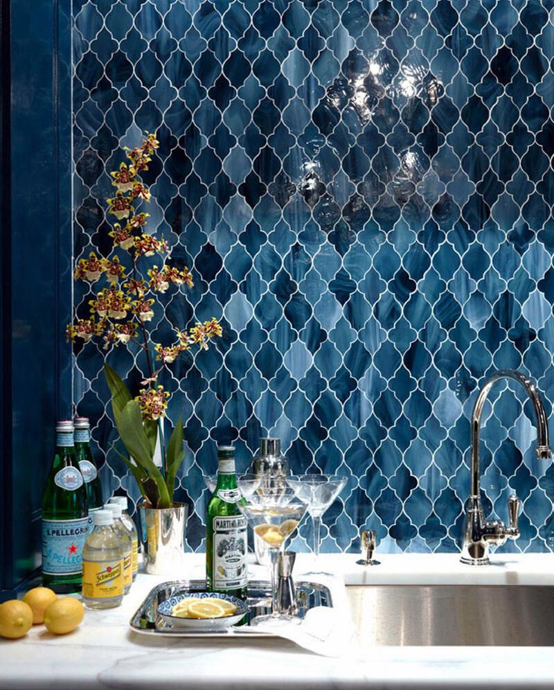Фигурная синяя плитка на кухне