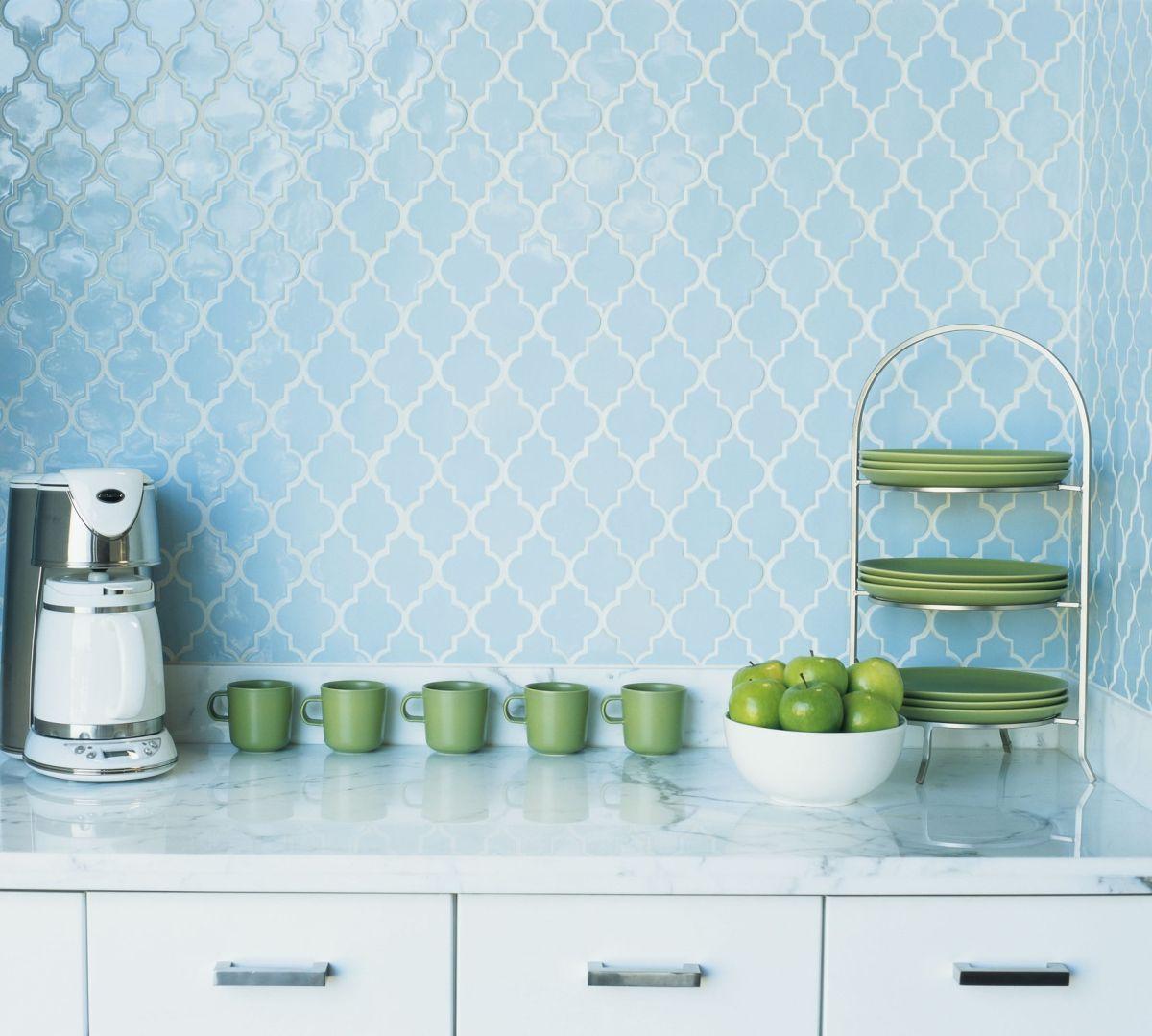 Голубая фигурная плитка на кухне