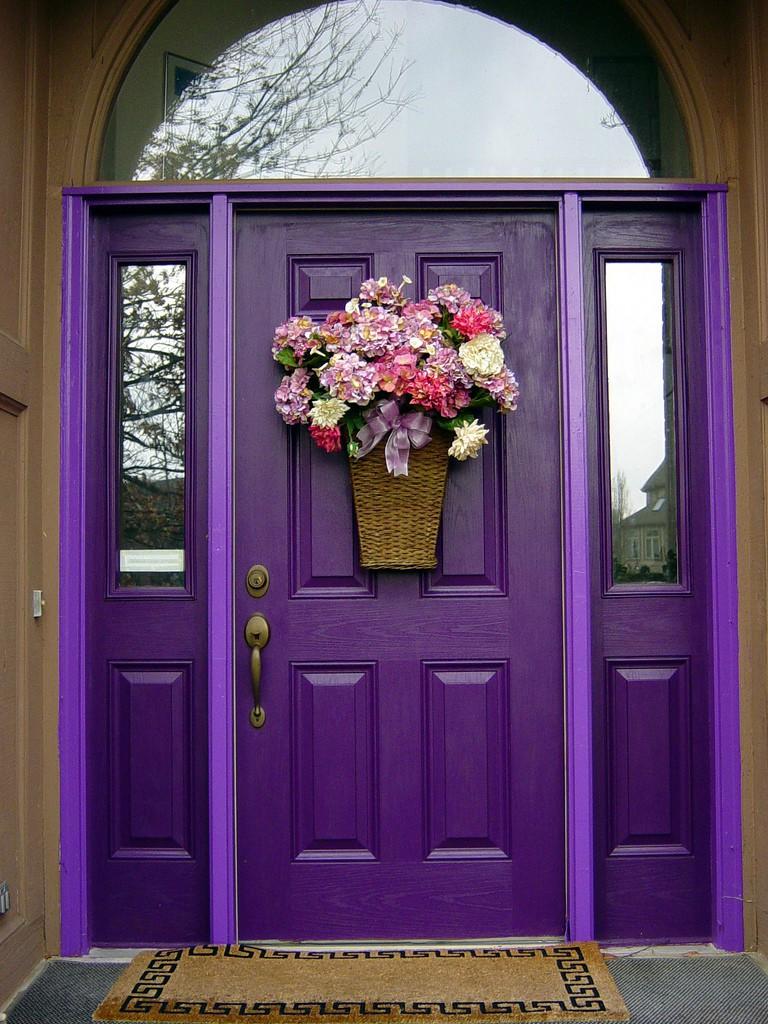 Декор входной фиолетовой двери
